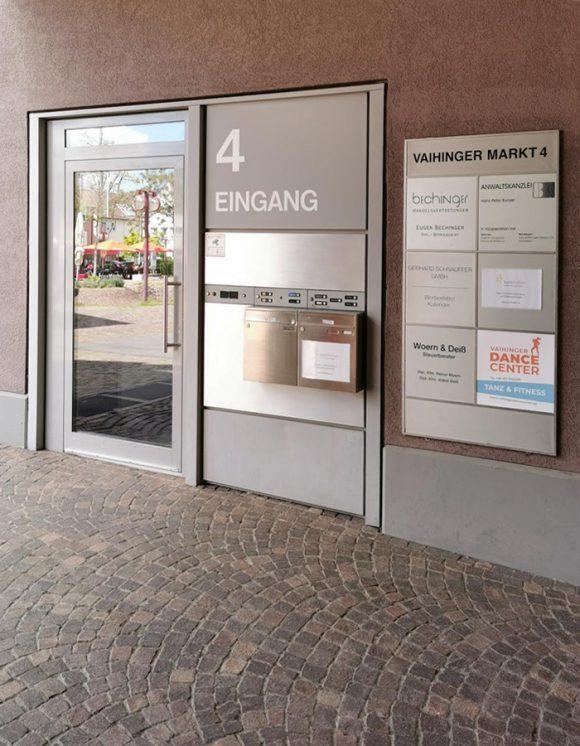 Unser Eingang befindet sich am Vaihinger Markt, auf der Gebäuderückseite.